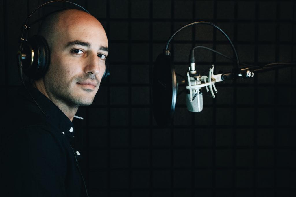 Francesco Costa durante la registrazione della stagione speciale (Foto di Marco Ragaini, via Storytel)